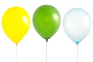 Regenbogen balloons auf weißem hintergrund